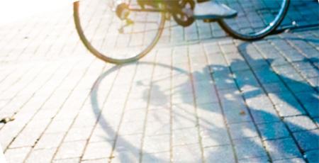 坂道を上る自転車